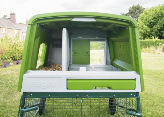 Omlets Eglu Cube Mk2 sett innenfra med den automatiske døren til hønsehus, Autodoor, montert.